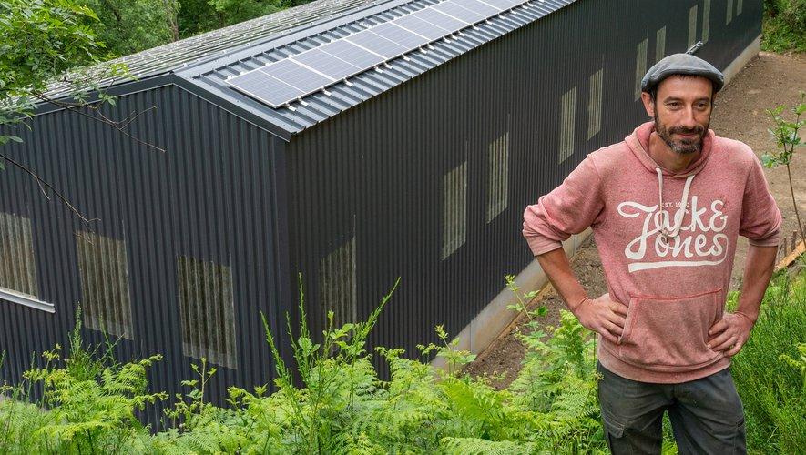 Agriculteur devant son bâtiment agricole solaire